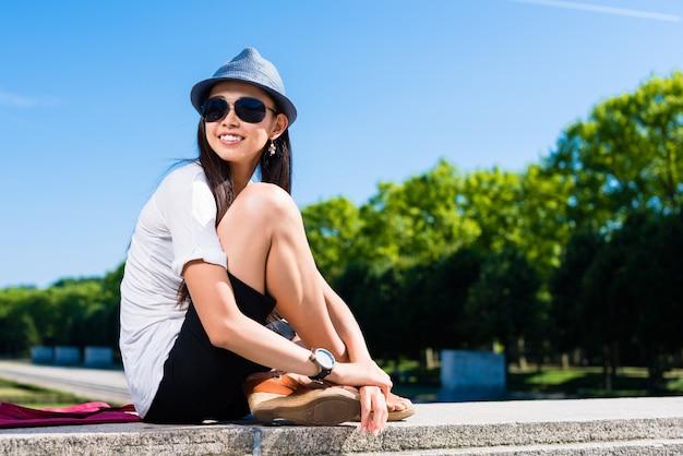 公園で笑っている若いアジア女性
