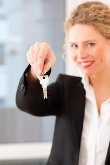 若い全米リアルター協会加入者はアパートのキー