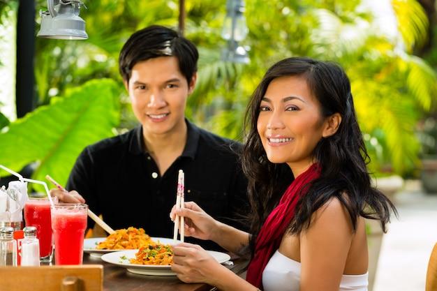 アジアの男性と女性のレストラン