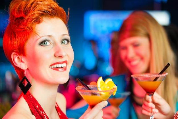 クラブやバーでカクテルを飲む人