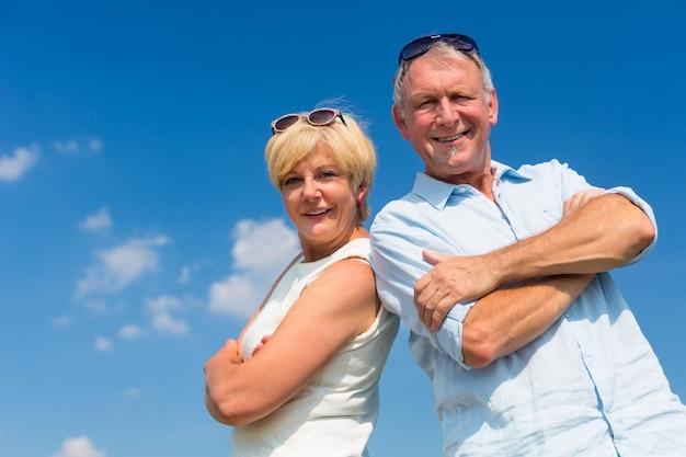 晴れた日を楽しんでいる年配のカップル