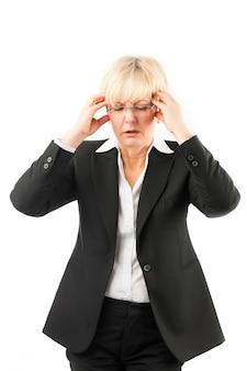 頭痛やバーンアウトを持つ女性実業家