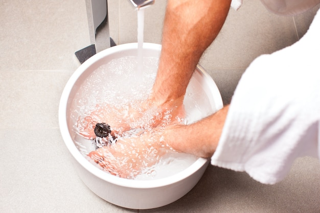 ハイドロセラピー水足湯を持っている人