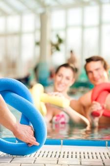 フィットネス-スイミングプールの水の下でスポーツ体操