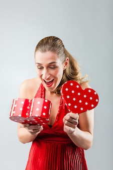 女性の贈り物を開くと幸せです