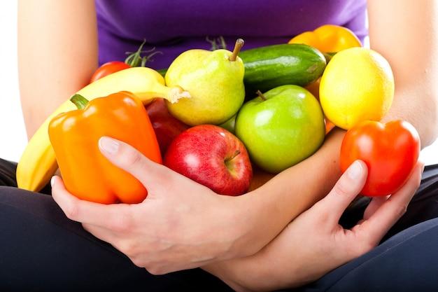 健康的な栄養-果物を持つ若い女性