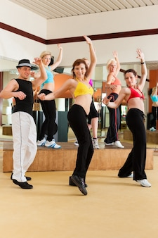 ズンバまたはジャズダンス-スタジオで踊る若者