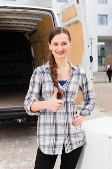 移動トラックの前の女性