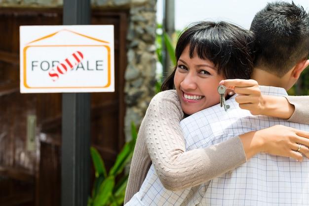 不動産を探しているアジアのカップル