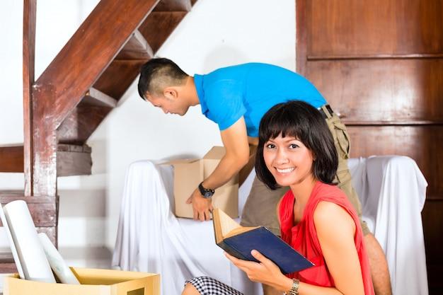 アジアのカップルが新しい家に移動