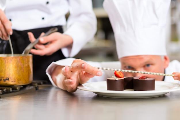 レストランのデザートで料理するパティシエとしてのシェフ