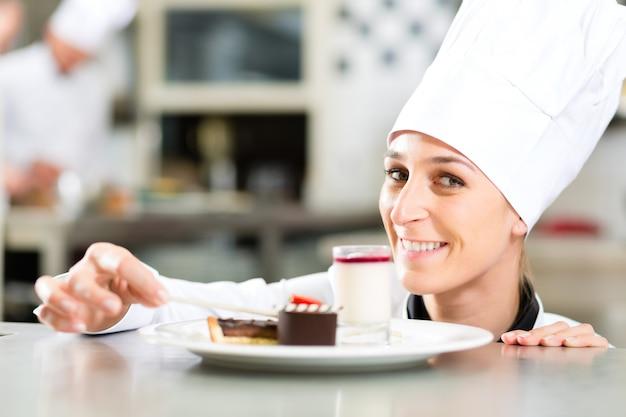 クック、パティシエ、ホテルまたはレストランのキッチンで