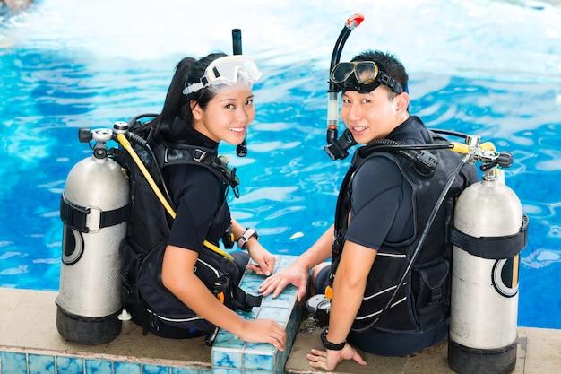 ダイビングスクールの教師と生徒