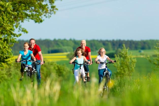夏の屋外サイクリング家族