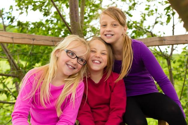 庭で幸せな子供たちと笑い