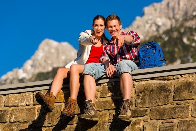 アルプスの山でのハイキング幸せなカップル