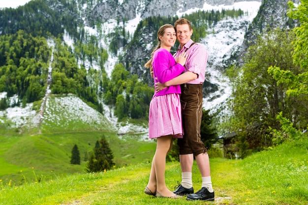 高山草原で幸せなカップル