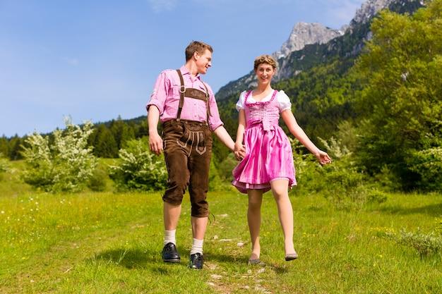 幸せなカップルの高山草原でのハイキング