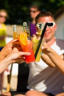 パーティーをして飲んでビーチでの人々