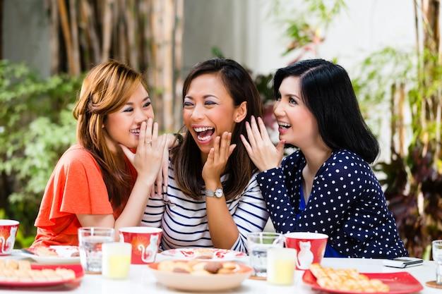 アジアの女性が物事をうわさ