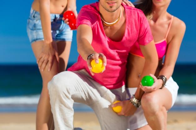 男と女のビーチでブールを再生
