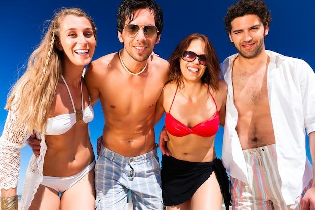 夏のビーチでの休暇に友人