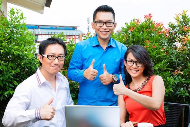 Люди азиатского креативного или рекламного агентства