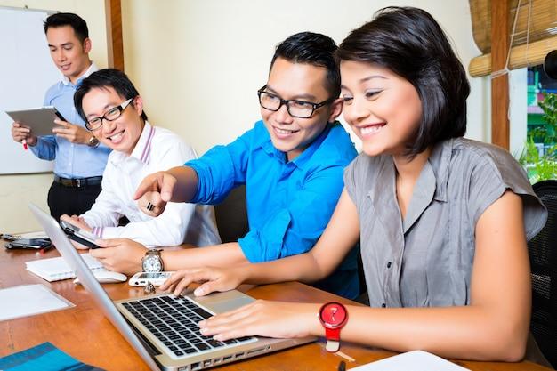 クリエイティブビジネスアジア、オフィスでのチーム会議