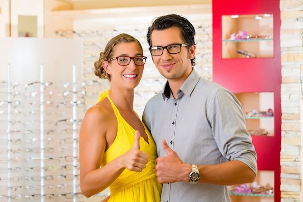 眼鏡の眼鏡屋で若いカップル