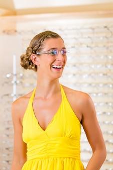 眼鏡の眼鏡屋で若い女性