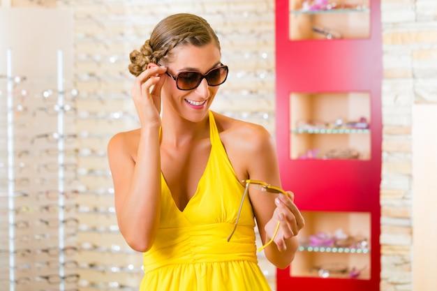 サングラスと眼鏡屋で若い女性