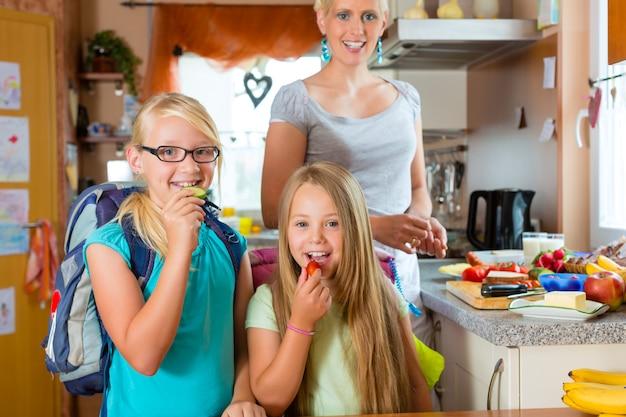 家族、学校の朝食を作る母