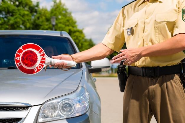 警察、警官または警官が車を止める