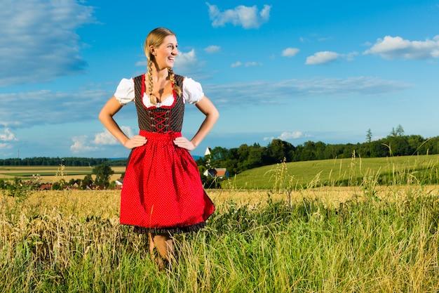 ギャザースカートを着て草原の若い女性