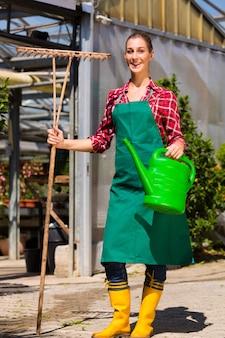 Женщина коммерческий садовник в питомнике
