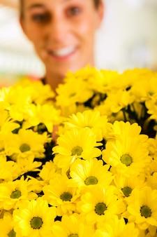 フラワーショップの女性の花屋