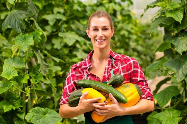 Женщина садовник в огороде или питомнике