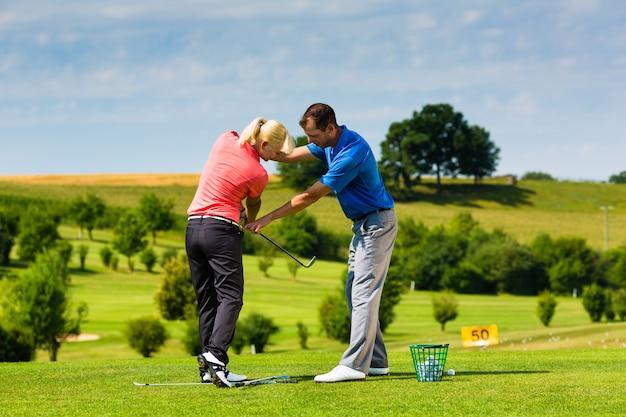 Молодой женский игрок в гольф на курсе