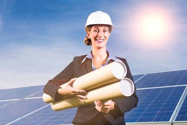 青い空と太陽電池パネル、前の建築家