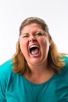 大声で叫ぶ女性