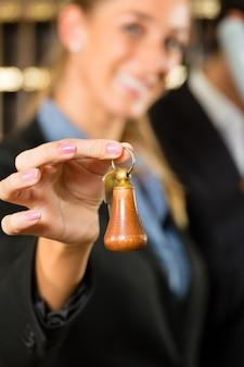 Прием в отеле, женщина с ключом