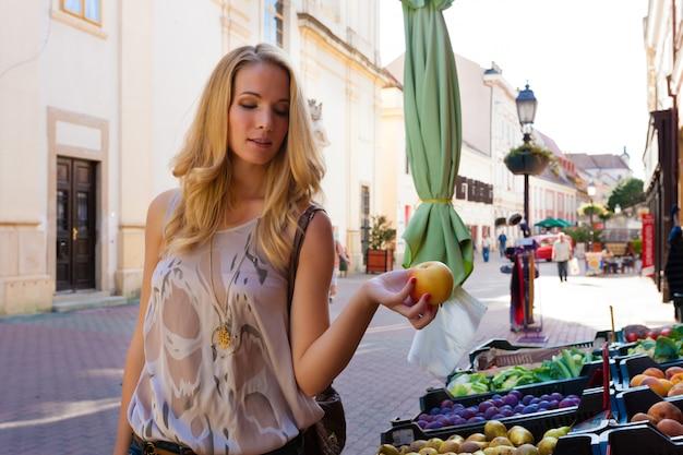 リンゴを保持している若い女性