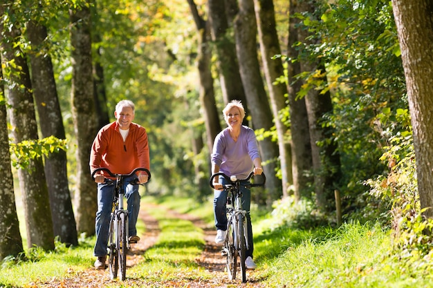 自転車で運動する高齢者