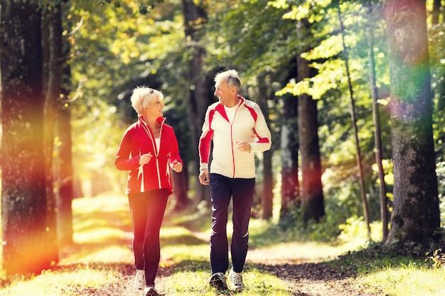 林道でジョギングする高齢者