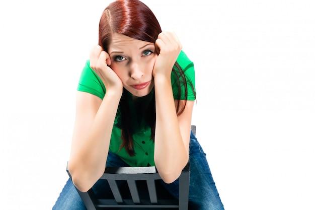 退屈している白を持つ若い女性