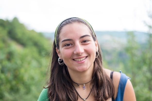 屋外の美しい若い女性の肖像画
