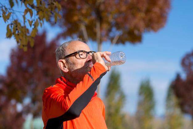 ジョギングの後シニアランナー飲料水