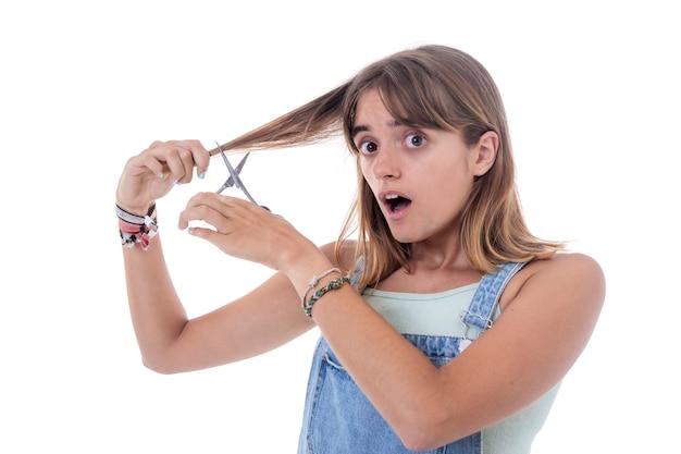 白で髪カーラーを持つ若い驚く女性