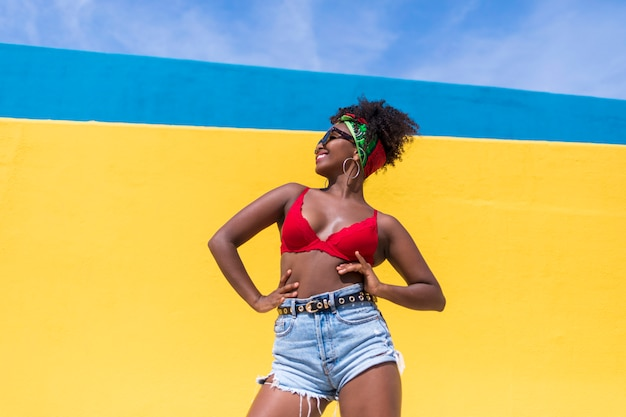 笑って、屋外で踊って楽しい若いアフロアメリカンの女性