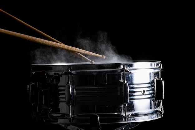 ドラムスティックがスネアドラムに当たる